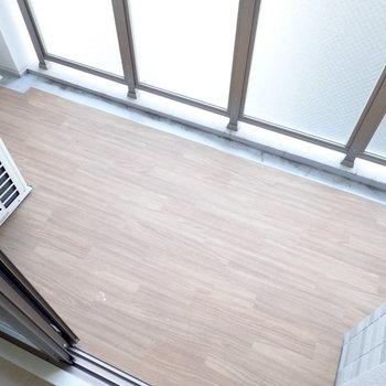 バルコニーの床も木目調!(※写真は11階の同間取り別部屋のものです)