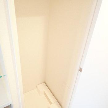 おとなりは洗濯機。とびらで隠せます。(※写真は11階の同間取り別部屋のものです)