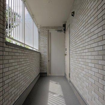 共用部明るい!突き当りのスタイリッシュなドアはエントランスのオートロックです。