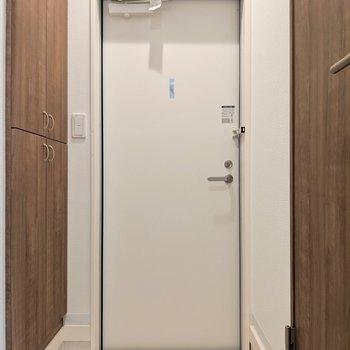 玄関土間スペースの段差がしっかりあって室内にホコリも入りにくいね◎(※写真は1階の反転間取り、角部屋のものです)