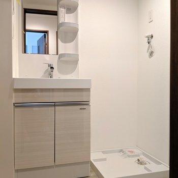 独立洗面台の横に洗濯パン。(※写真は1階の反転間取り、角部屋のものです)
