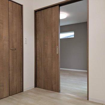 扉がリアル木目でカッコイイ。(※写真は1階の反転間取り、角部屋のものです)