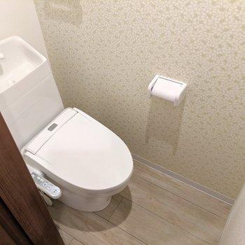 トイレはウォシュレット付きです◎花柄のアクセントクロスがかわいい。(※写真は1階の反転間取り、角部屋のものです)