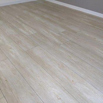 床はリアルな木目柄。凹凸もあって気持ちイイ。(※写真は1階の反転間取り、角部屋のものです)