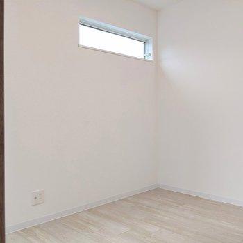 こっちの部屋にも。この角にベッドかな〜(※写真は1階の反転間取り、角部屋のものです)