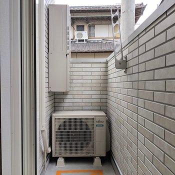 バルコニーにお洗濯物。低い位置に干せるからプライバシーも守れるね。(※写真は1階の反転間取り、角部屋のものです)