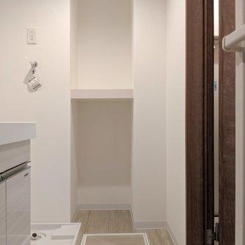 こういう棚うれしい♬上にタオルで下に洗濯カゴおきたいな。(※写真は1階の反転間取り、角部屋のものです)