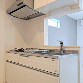 キッチンはホワイトで清潔感◎(※写真は1階の反転間取り、角部屋のものです)