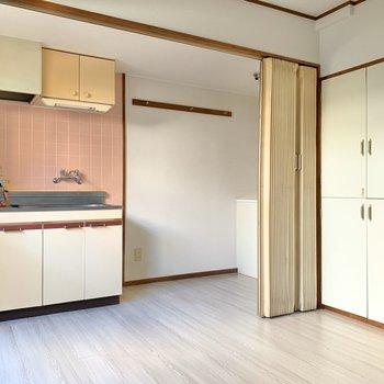 キッチンはアコーディオンカーテンで仕切られます◎