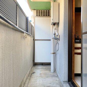 バルコニーはゆとりあり。ここに洗濯機を置きましょう〜。