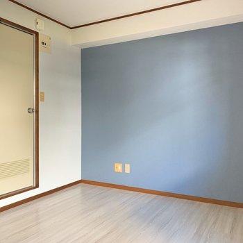 あの扉の先がサニタリールーム。ひとつ段差があります。