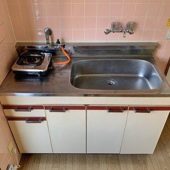キッチンはコンパクト!お隣には、冷蔵庫を置きましょう〜!