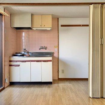壁側から。キッチンは、アコーディオンカーテンで仕切れるようです。