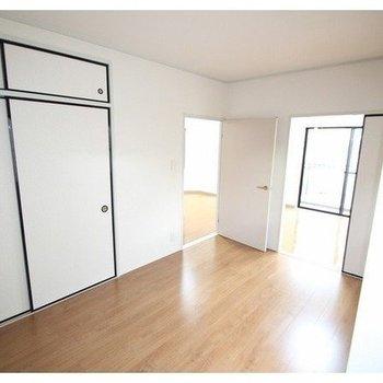 こちらは長方形の洋室。