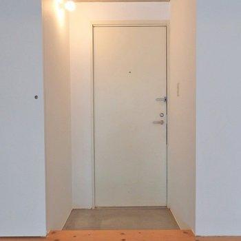 玄関も扉で仕切ることができます。