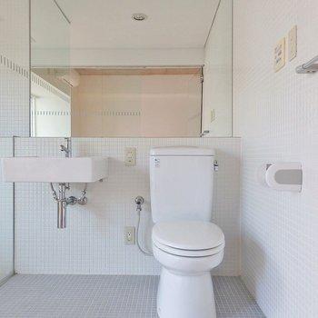 大きな鏡。トイレも洗面台も空間をつくるインテリアになっています。