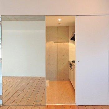 隣のドアを開ければキッチンへ。