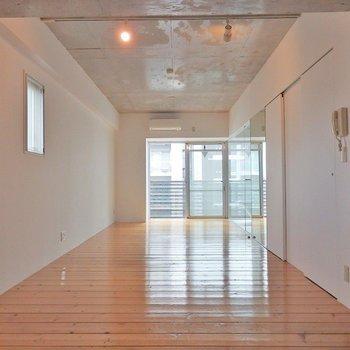 白塗りの壁、大きな窓、コンクリの天井!いいね!