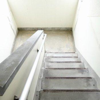 階段はすこーしレトロ。