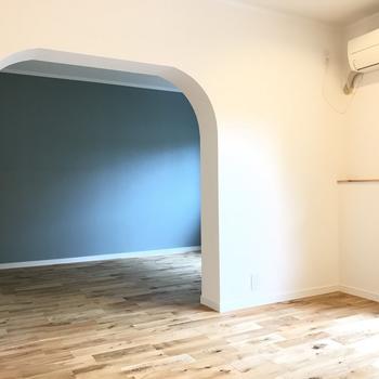 【完成イメージ】ふたつのお部屋を、大きなアーチで区切ります。※壁の色は白です