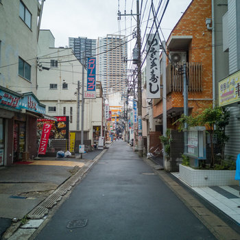 駅まではこんな道を抜けて。