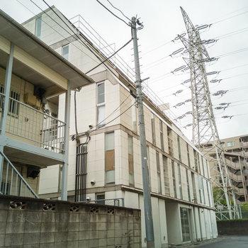 電気塔のお隣です。