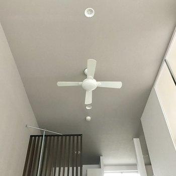 天井にはシーリングファン。(※写真は1階の反転間取り別部屋のものです)