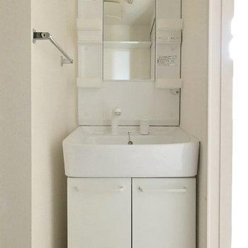 シンプルな洗面台だから使いやすい♬(※写真は1階の反転間取り別部屋のものです)