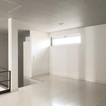 このロフトのようなスペース、実は玄関のすぐ横。(※写真は1階の反転間取り別部屋のものです)