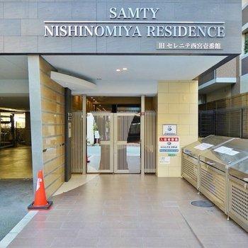 かっこいいマンション入り口が貴方をお出迎え。