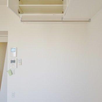 洋服を掛けたりファブリックパネルとして使ったり。※写真は1006号室のものです。