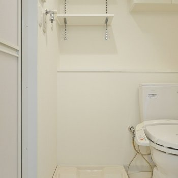 横には洗濯置き場。※写真は1006号室のものです。