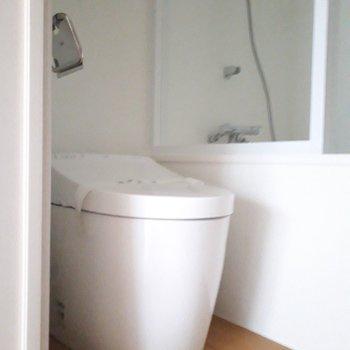 トイレは浴室の中にあります。