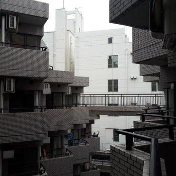 バルコニーからの眺め。他のお部屋が並んで見えます。