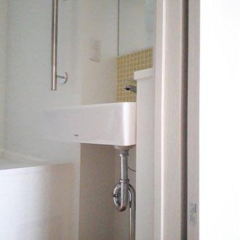洗面台も浴室の中。スマートなデザインです。
