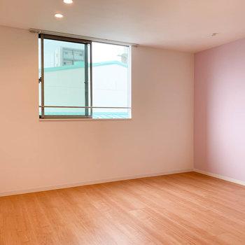 【LDK】シンプルな窓辺。家具が置きやすそうだ。