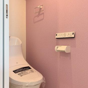 トイレにもラベンダーカラーのクロス。