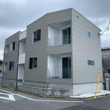新築のモダンな外観の建物