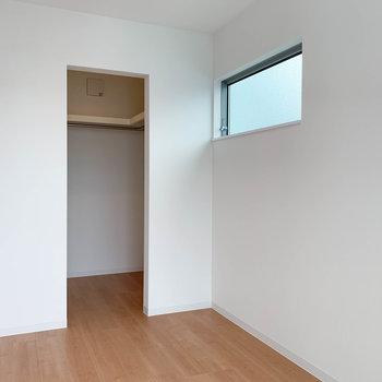 【洋室3.7帖】小窓付きなのです。
