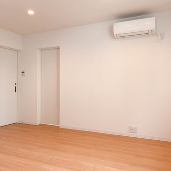 【LDK】キッチン横、右の扉が洋室。左の扉が脱衣所へ。