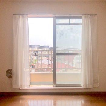 窓から見える街の景色がいいなあ※家具はサンプルです