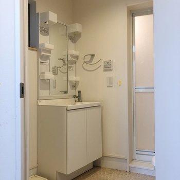 脱衣所には洗濯機置場があります※写真はクリーニング前のものです