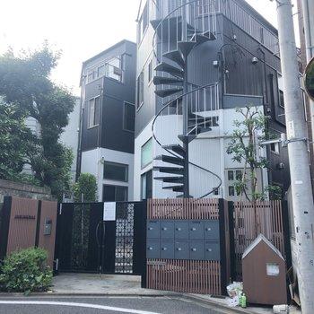 螺旋階段がかっこいい建物です