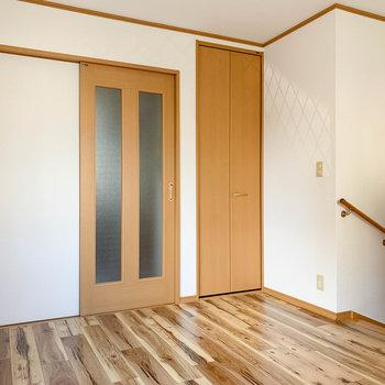 【1F洋室】引き戸は廊下へ続いています。