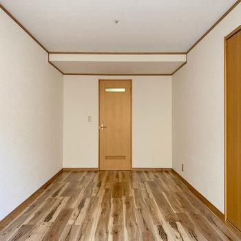【B1F洋室】窓側から見ると。奥にももう1部屋あります。