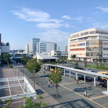 他にも、駅前には複数の商業ビルがあります。