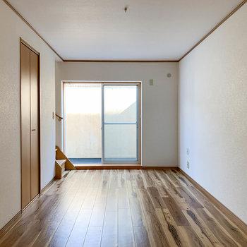 【B1F洋室】地下ですが、ドライエリアもあり日差しが入ります。