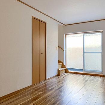 【B1F洋室】サイド、階段側の壁に収納がついています。