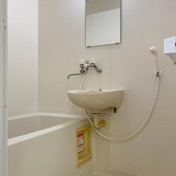 向かいに2点ユニットのお風呂です。