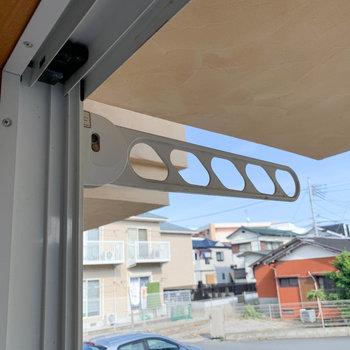 1階の洋室窓辺に物干しフック。